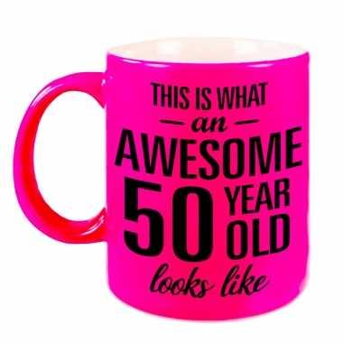 Awesome 50 year cadeau mok / beker neon roze 330 ml