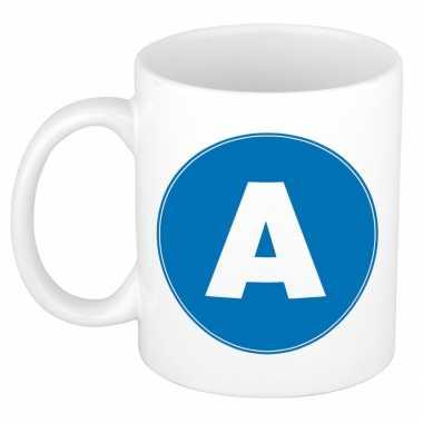 Mok / beker met de letter a blauwe bedrukking voor het maken van een naam / woord of team