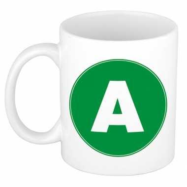 Mok / beker met de letter a groene bedrukking voor het maken van een naam / woord of team