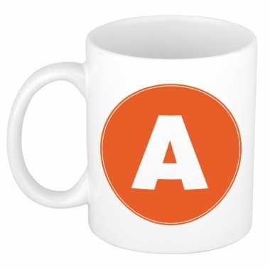 Mok / beker met de letter a oranje bedrukking voor het maken van een naam / woord of team