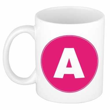 Mok / beker met de letter a roze bedrukking voor het maken van een naam / woord of team