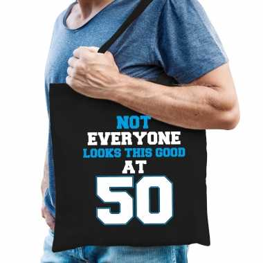 Not everyone looks this good at 50 verjaardag cadeau tasje zwart voor heren